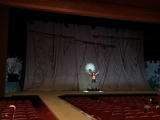 開演前の舞台.jpg